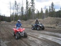 Het vuil biking onduidelijk beeld van de vader en van de zoon Stock Foto
