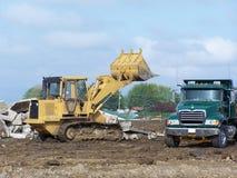 Het vuil van de de laderlading van het eind in stortplaatsvrachtwagen Royalty-vrije Stock Afbeelding