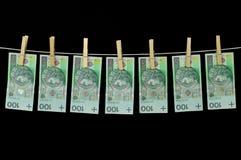 Het vuile die geld hangen van een drooglijn op zwarte wordt geïsoleerd Royalty-vrije Stock Foto's