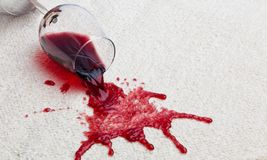 Het vuile tapijt van het rode wijnglas. Royalty-vrije Stock Afbeeldingen