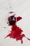 Het vuile tapijt van het rode wijnglas. Stock Afbeelding