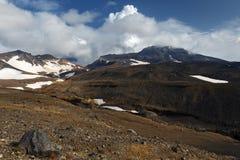 Het vulkanische landschap van Kamchatka: mening van actieve Mutnovsky-Vulkaan Stock Afbeeldingen