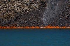 Het vulkanische lava branden in overzees stock foto