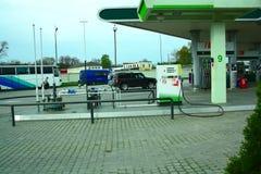 Het vullen van auto's met brandstof en olie stock afbeeldingen