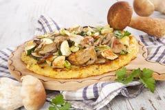 Het vullen van bakselpan met ruw deeg van aardappelpannekoek Stock Afbeelding
