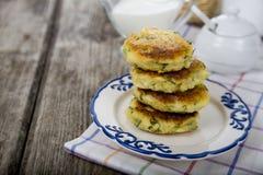 Het vullen van bakselpan met ruw deeg van aardappelpannekoek Royalty-vrije Stock Foto's