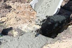 Het vullen van beton vanaf speciale materiaalkoker van mengeling van Ce stock fotografie