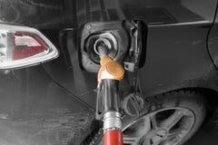 Het vullen van Brandstof in Auto stock foto