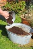Het vullen van container met compost. royalty-vrije stock afbeelding