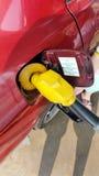 Het vullen van de brandstof bij benzinestation Royalty-vrije Stock Foto's