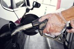 Het vullen van de brandstoftank van een auto Stock Afbeelding