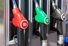 Het vullen van de kolom met verschillende brandstoffen bij het benzinestation Olvi Royalty-vrije Stock Foto's
