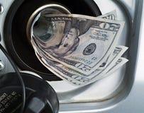 Het vullen van de tank met $ Royalty-vrije Stock Foto's