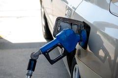 Het vullen van een auto met benzine Royalty-vrije Stock Fotografie