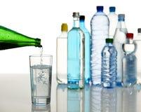 Het vullen van een glas met mineraalwater Royalty-vrije Stock Foto's