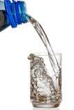 Het vullen van een glas met water op witte achtergrond Royalty-vrije Stock Afbeelding