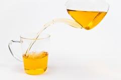 Het vullen van een glas thee Royalty-vrije Stock Foto