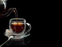 Het vullen van een glaskop door thee Royalty-vrije Stock Fotografie