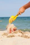 Het vullen van emmer op strand Royalty-vrije Stock Afbeeldingen