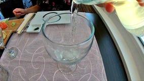 Het vullen van glas met wijn