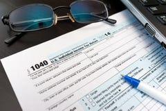 Het vullen van Individuele belastingaangiftevorm 1040 Royalty-vrije Stock Foto