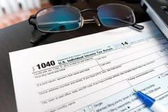 Het vullen van Individuele belastingaangiftevorm 1040 Royalty-vrije Stock Afbeeldingen