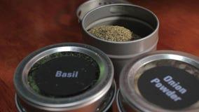 Het vullen van tin met kruid stock footage