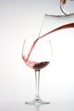 Het vullen van wijnglas vanaf karaf royalty-vrije stock afbeeldingen