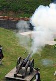 Het vuren van de militair met het kanon Stock Afbeelding