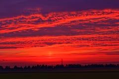 Het vurige rode platteland van de zonsonderganghemel Royalty-vrije Stock Afbeeldingen