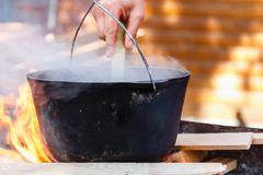 Het vuurketel van het bowlingspeler kokende voedsel, kampvuur royalty-vrije stock afbeeldingen
