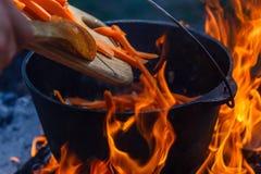Het vuurketel van het bowlingspeler kokende voedsel, kampvuurbrandhout stock foto