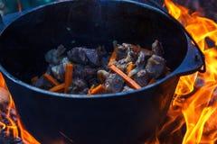 Het vuurketel van het bowlingspeler kokende voedsel, kampvuurhout stock afbeeldingen