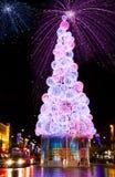 Het vuurwerk en de Kerstboom van de Vooravond van het nieuwjaar Stock Foto