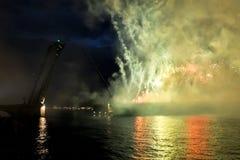 Het vuurwerk en een laser tonen in de wateren van Neva River i Stock Fotografie