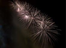 Het vuurwerk explodeert het schitteren met verblindende resultaten in Moskou, Rusland 23 Februari-viering Stock Foto's