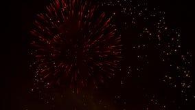 Het vuurwerk explodeert met ballen en vonken stock footage