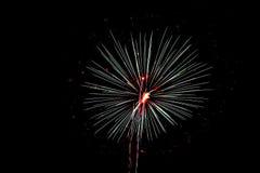 Het vuurwerk steekt de nacht op 4 van Juli aan Royalty-vrije Stock Fotografie