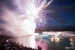 Het Vuurwerk toont bij Jokulsarlon-gletsjerlagune Stock Foto's