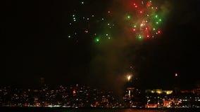 Het vuurwerk toont een verbazend schouwspel stock footage