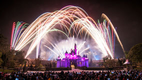 Het vuurwerk toont in Hong Kong Disneyland op 28 Februari, 2014 Royalty-vrije Stock Foto
