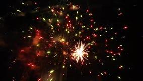 Het vuurwerk toont lucht zwarte achtergrond die in de mening van de nachthemel exploderen Vlieg over magische feestelijke kleurri stock footage