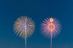 Het vuurwerk van de nieuwjaarviering, exemplaarruimte met kleurrijk vuurwerk Stock Afbeeldingen