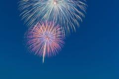 Het vuurwerk van de nieuwjaarviering, exemplaarruimte met kleurrijk vuurwerk Royalty-vrije Stock Foto