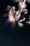 Het vuurwerk van de nieuwjaarviering, exemplaarruimte met kleurrijk vuurwerk Stock Foto's