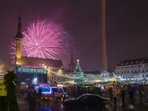 Het vuurwerk van het nieuwe jaar in Tallinn Stock Afbeeldingen