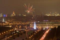 Het Vuurwerk van het nieuwjaar in de stad van Moskou stock afbeelding