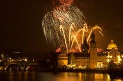 Het vuurwerk van het nieuwjaar in Praag. Stock Foto