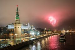 Het vuurwerk van het nieuwjaar van de Grote Steenbrug Het vuurwerk van het nieuwjaar over het Kremlin, Moskou, Rusland stock fotografie