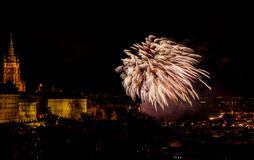 Het vuurwerk van het nieuwjaar in Praag stock foto